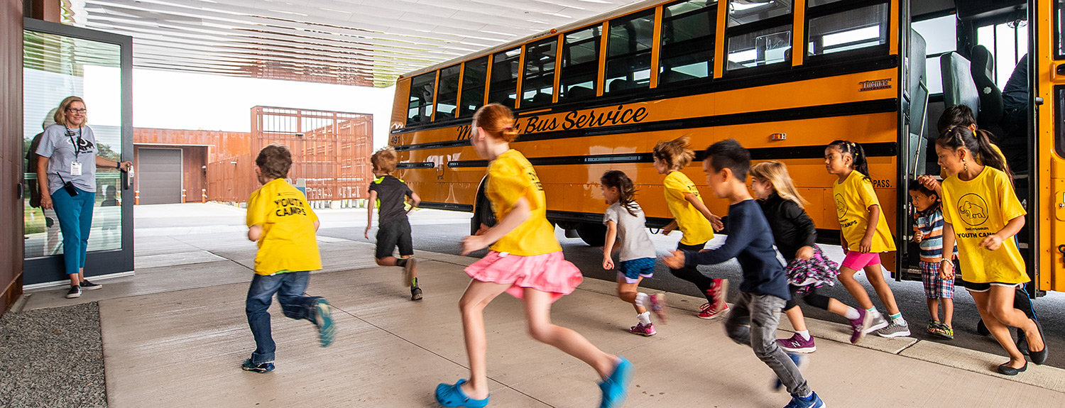 Kids run from school bus into Bell Museum