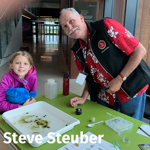 Steve Steuber at a gallery cart with a young visitor